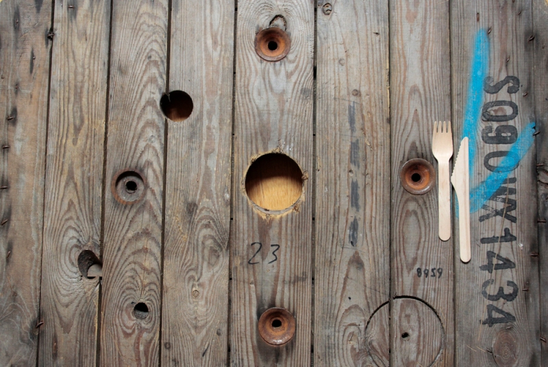 kräftig gemaserter fotountergrund aus alter kabelrolle _ props für foodfotografie _ proplandia muenchen
