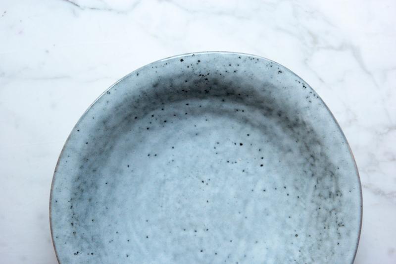 unregelmaessiger tiefer teller aus keramik rauh und grau gesprenkel_rustic von house doctor _ proplandia props fuer foodfotografie